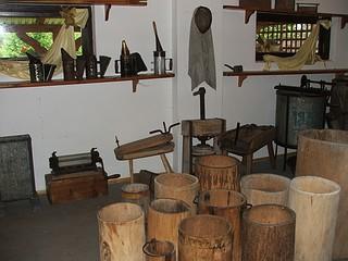 Zabytkowe narzędzia pszczelarza w muzeum pszczelarstwa