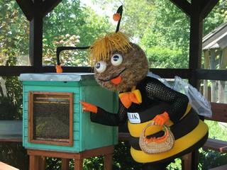 Oszklony ul pokazowy z żywymi pszczołami w pasiece ULIK.