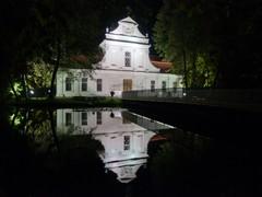 Zabytkowy, barokowy kościół na wodzie w Zwierzyńcu, nazywany także kościołem na wyspie, zdjęcie nocą.